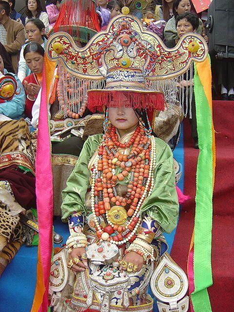 Eine Dame mit festlichen Kostüme, die im Alltagsleben auch in Tibet selten zu sehen ist. Lernen Sie mit uns das authentische Tibet kennen!