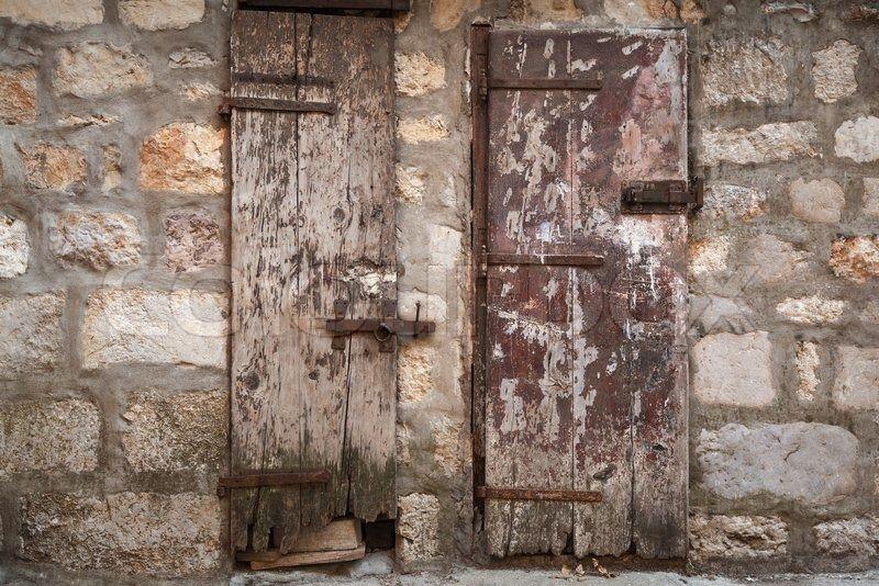 Photo of Arkivbilde av 'Låste gamle tre dører i grå steinmur Perast by, Mont …