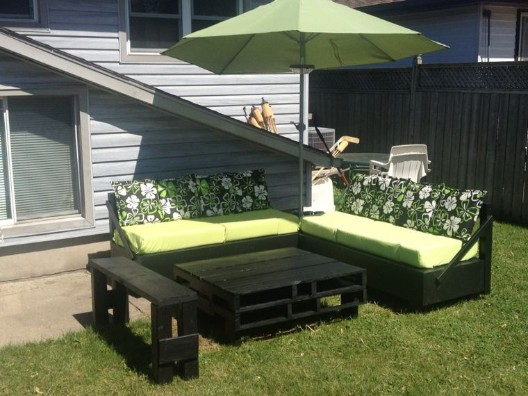 Divano Pallet Esterno : Giardino con dei divani in pallet per esterno con cuscini verdi e