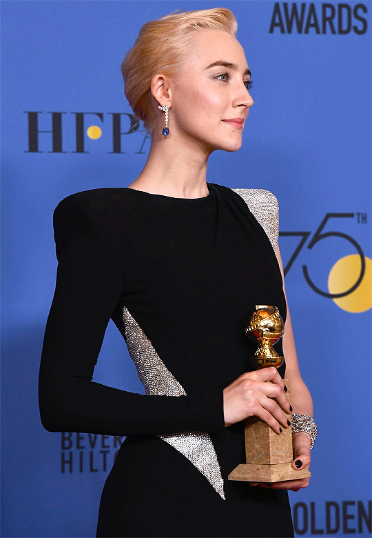 Saoirse Ronan Poses With Her Award For Best Performance By ...