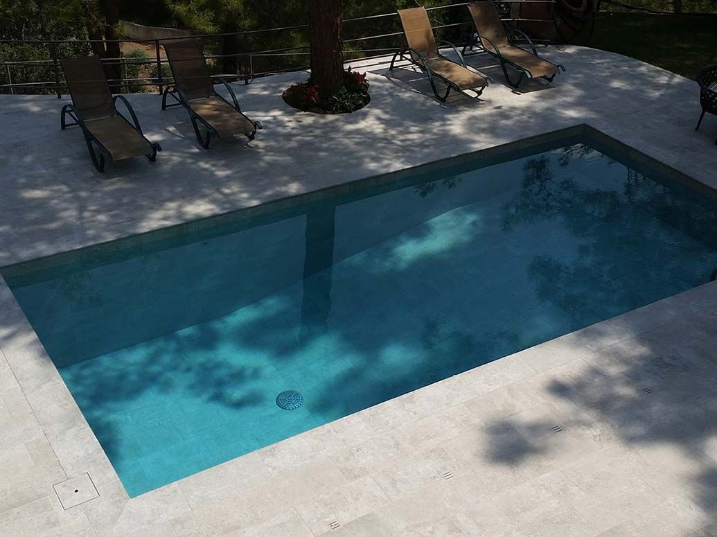 Piscina tradicional con gres porcel nico rosa gres jardines piscinas gres porcel nico y - Pavimento jardin ...