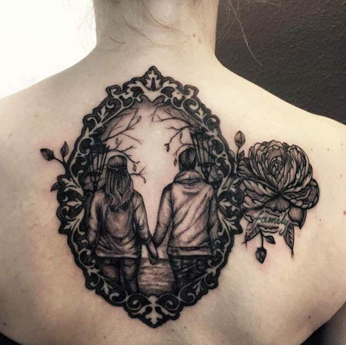 blackwork tattoo am r cken zwei schwestern tattoos f r schwestern mit einer aufschrift familie. Black Bedroom Furniture Sets. Home Design Ideas