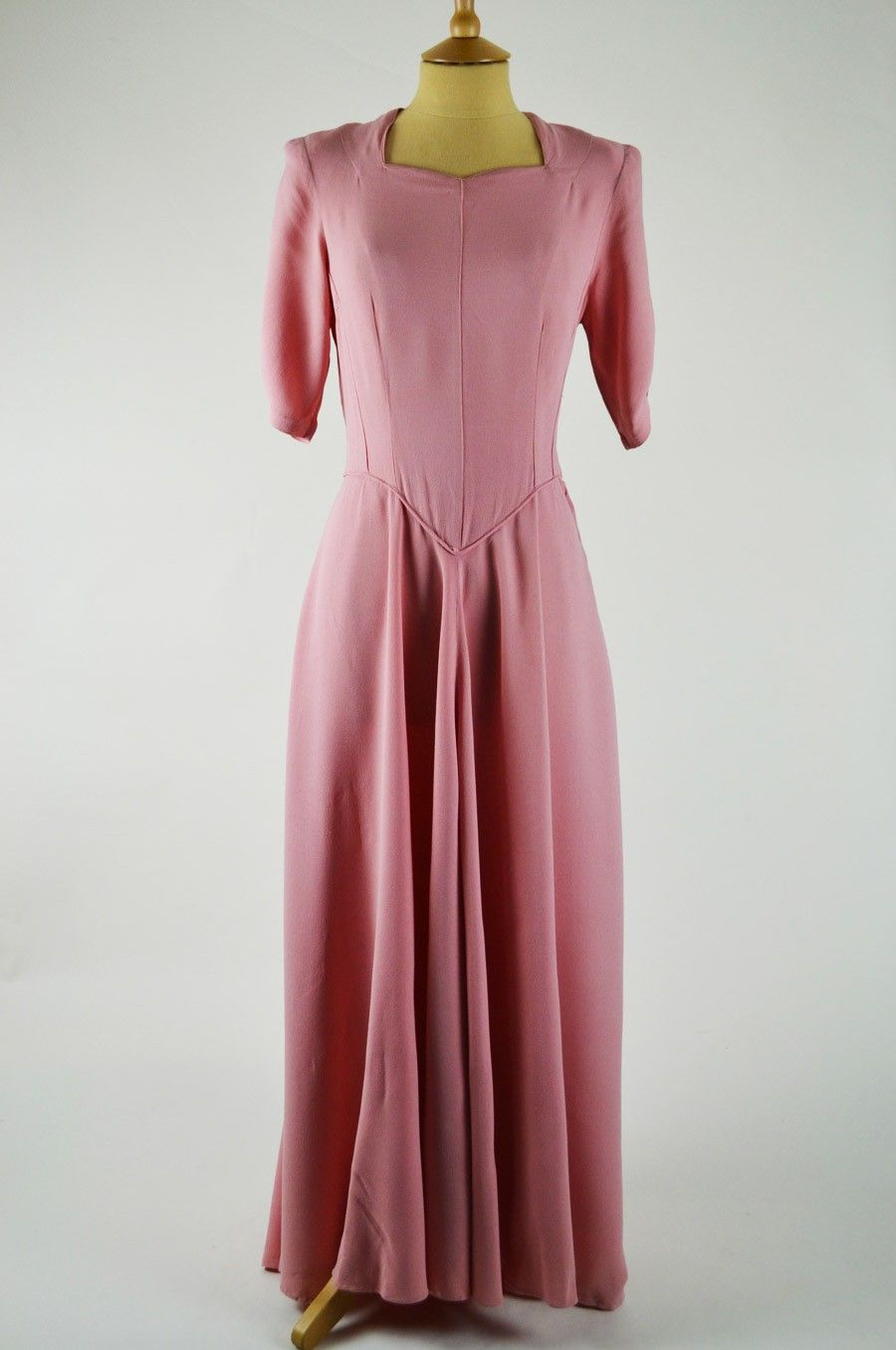 This elegant vintage 1940s dress is made of pale pink moss crepe ...
