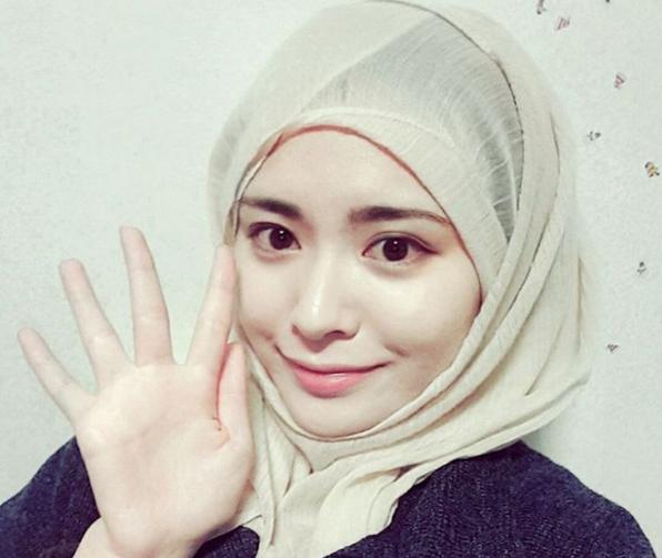 Di minggu kedua bulan November 2015 ini, para netizen dunia maya telah dihebohkan dengan kemunculan sosok wanita cantik yang mengenakan hijab di Instagram.