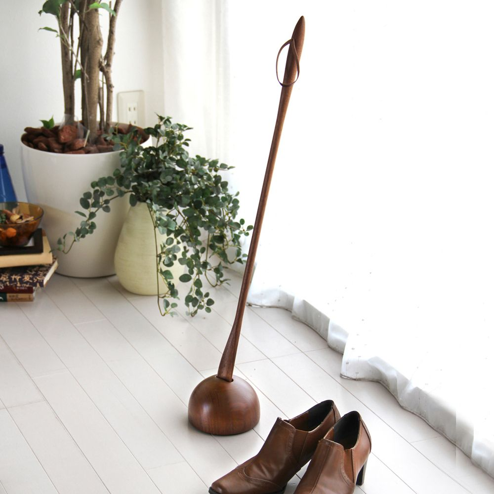 cosine  靴べら / 靴べら専用スタンド 住まいの顔とも言える玄関。人の目に触れる機会の一番多いスペース。そこに在るだけで輝く。そんな強い存在感がこの無垢の靴べらにはあります。