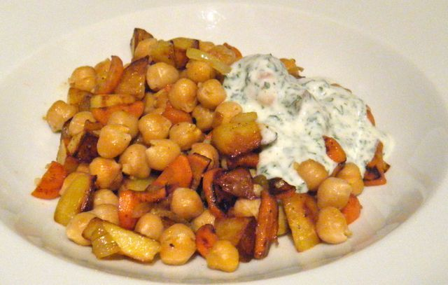 Kartoffel-Kichererbsen-Pfanne mit Kräuter-Dip