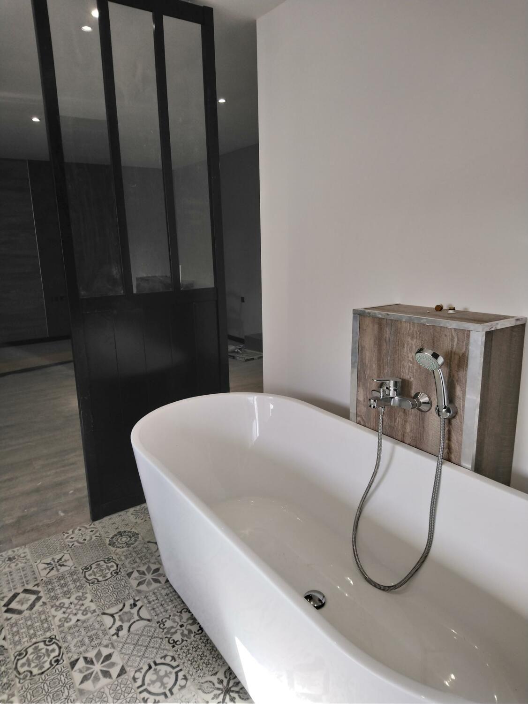 Salle de bain moderne - baignoire îlot  Salle de bain, Salle de