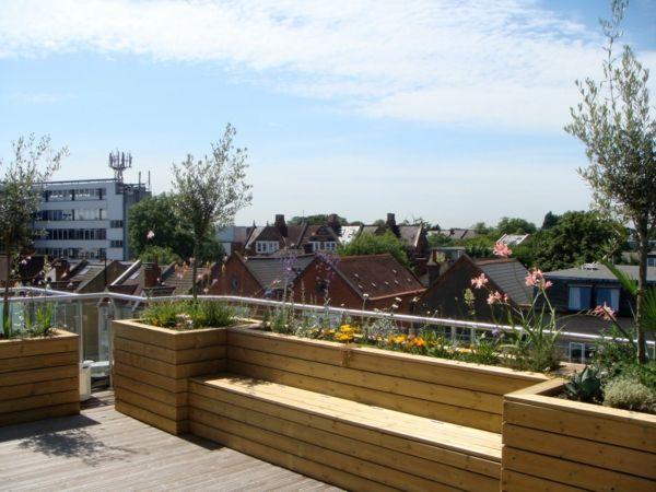 Sitzbank aus Holz auf der Terrasse Wintergarten - Bepflanzung - terrasse gestalten ideen stile
