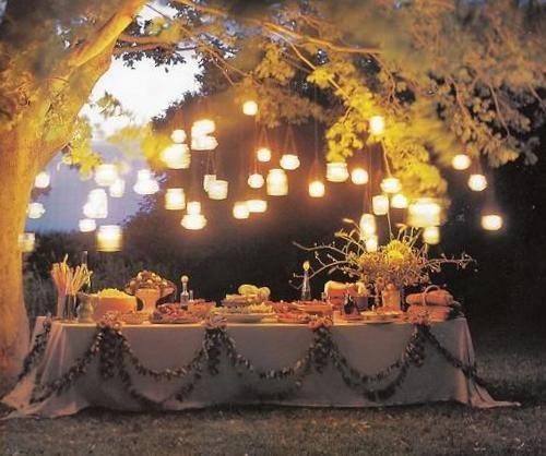 Mesa bajo el árbol  con iluminación superior.