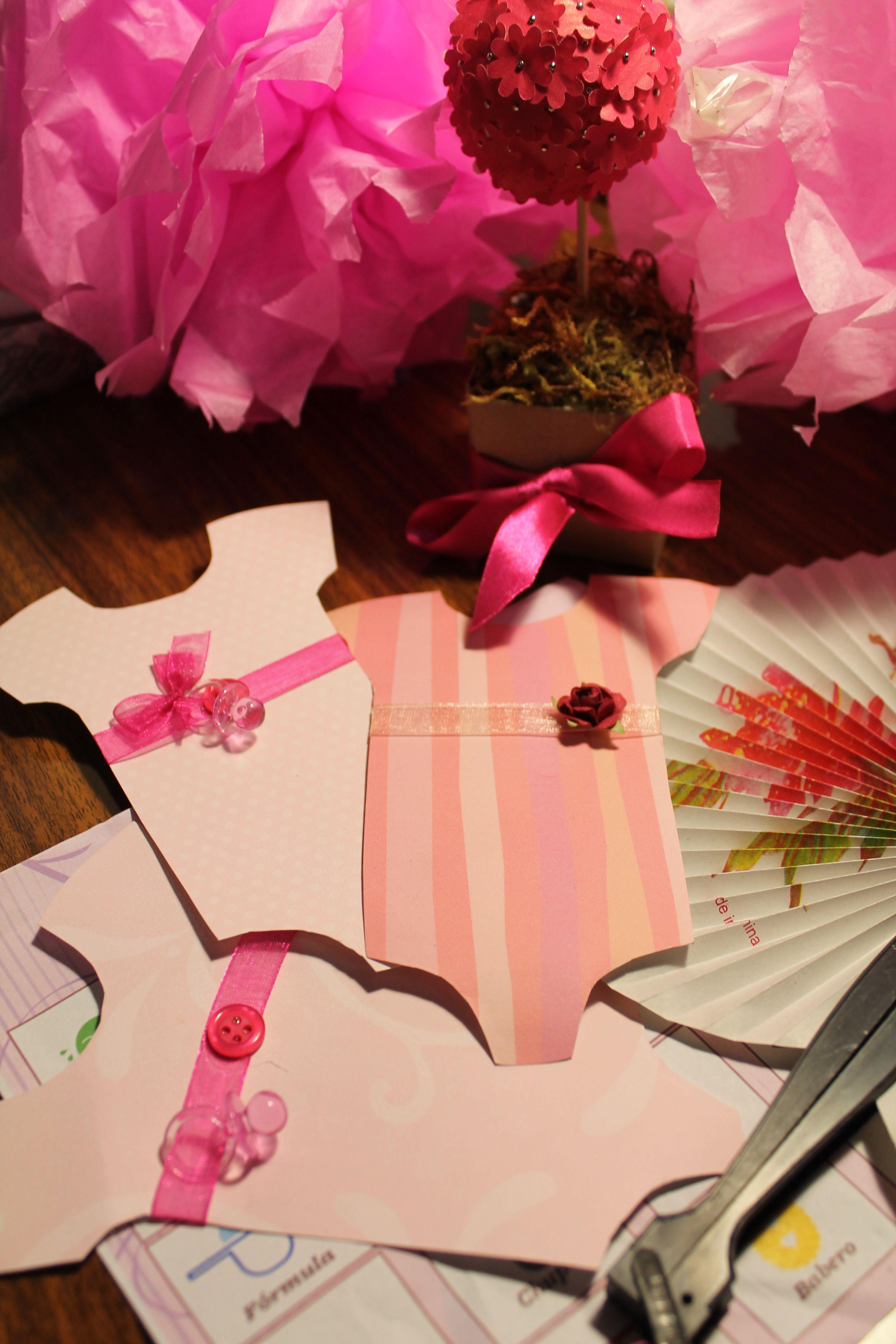 Invitaciones para baby shower con forma de mameluco