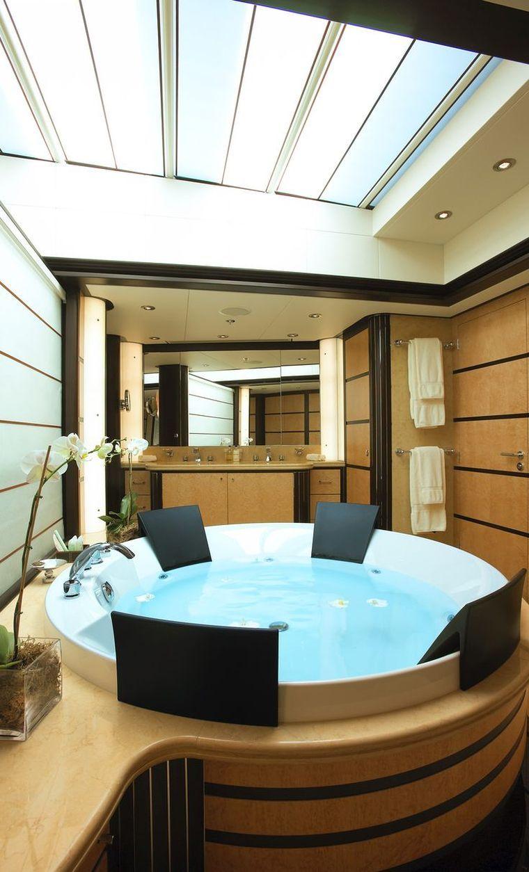 intérieur yacht de luxe et salle de bain avec jacuzzi ...