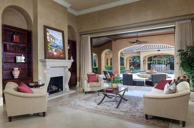 Weißes Porzellan Fliesenboden Vermischt Sich Mit Der Allgemeinen Hellen Ton  Palette Dieses Offene Konzept Wohnzimmer Einen