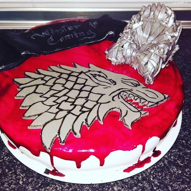 Feliz dia del nombre. Bueno fue hace una semana, pero seguro que no me lo tendra en cuenta. #milmolt #handmade #birthdaycake #fondant #gameofthrones #whinteriscoming #juegodetronos #stark #gameofthronescake #fondantcake