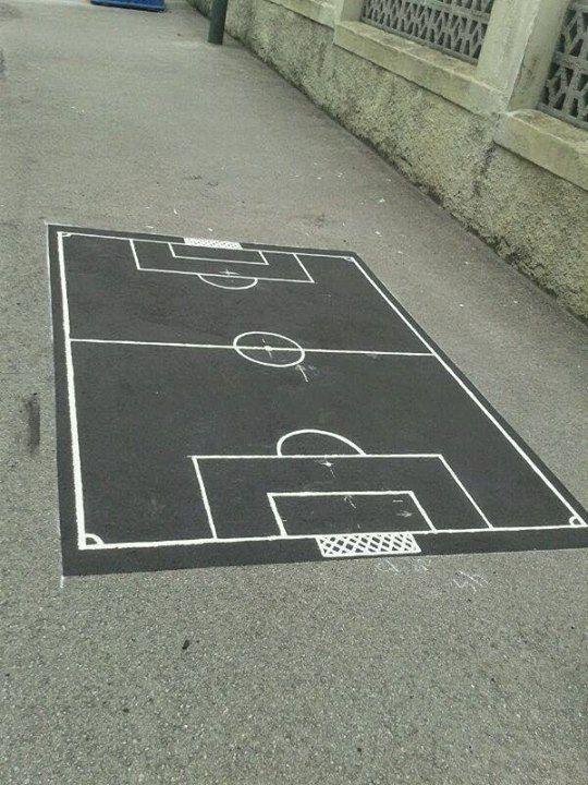 dibujar un mini campo de ftbol en el suelo del patio para que los nios jueguen
