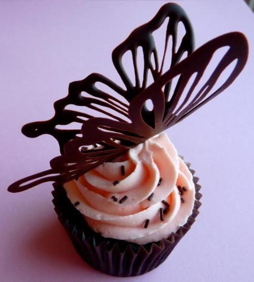 Cupcake avec d coration papillon en chocolat cupcake - Decoration gateau papillon ...