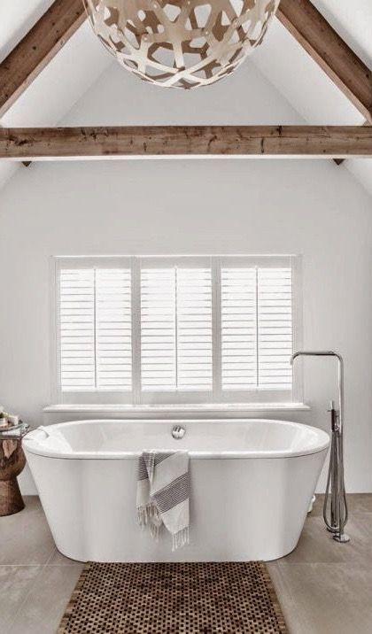 Een modern #vrijstaand #bad in een lichte grote ruimte met als ...