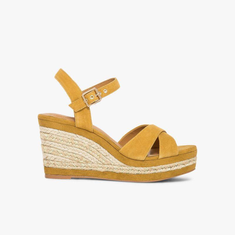 Sandale compensée en cuir velours jaune moutarde avec semelle corde Une sandale  compensée jaune moutarde au