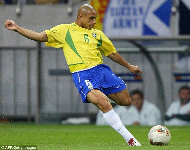 Roberto Carlos Was Considered The World S Best Left Back For Much Of The 1990s And 2000s Roberto Carlos Brazil Football Team Best Football Players