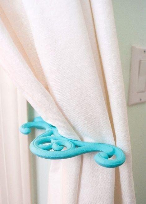 Peignez un crochet à plante, tournez le à 90°, et utilisez-le comme crochet à rideau. | 31 façons d'utiliser de la peinture en bombe pour une déco plus classe