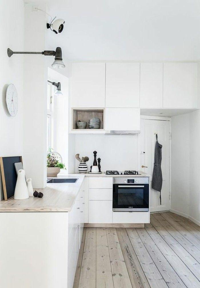 Moderne weiße Küche zeigt Stil und Eleganz, vereint Modernität und - wanduhr für küche