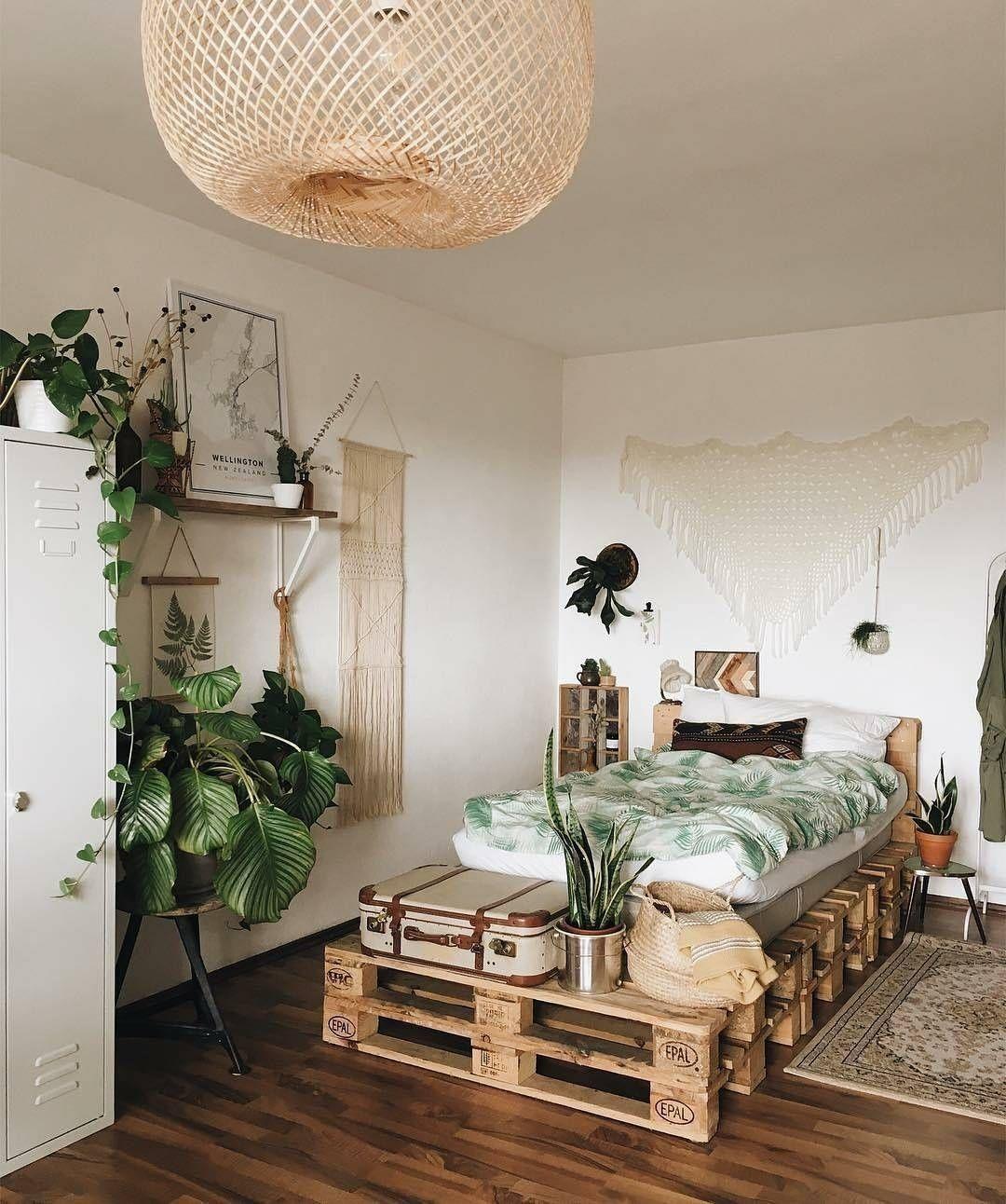une chambre boho avec un lit en palettes | déco bohème en 2019