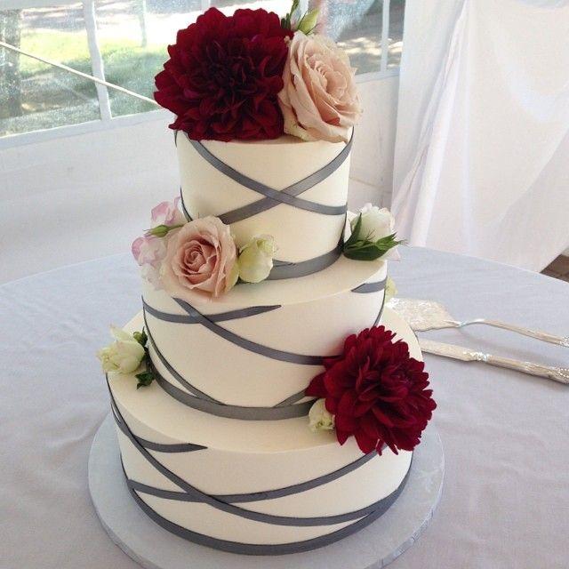 Hermoso queque de bodas en plateado.