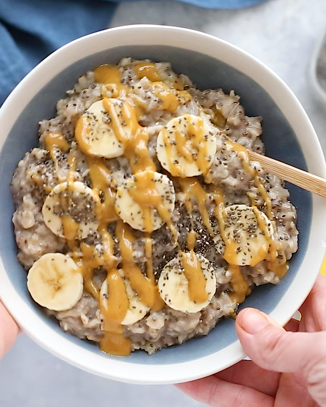 The ultimate healthy breakfast recipe, this peanut butter banana oatmeal is creamy, voluminous and will keep you full all morning long! Plus it only takes about 10 minutes to make.  Each bowl has around 370 calories, 17 grams of fiber (woot!), and 11 grams of protein.
