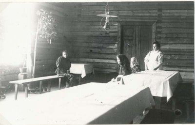 Vaivaistalot. 1800-luvun köyhät ja vaivaiset suljettiin vaivaistaloon. Varsinkin ne joiden epäiltiin uhkaavan kyläyhteisöä tartuntataudeilla tai mielisairaudella.