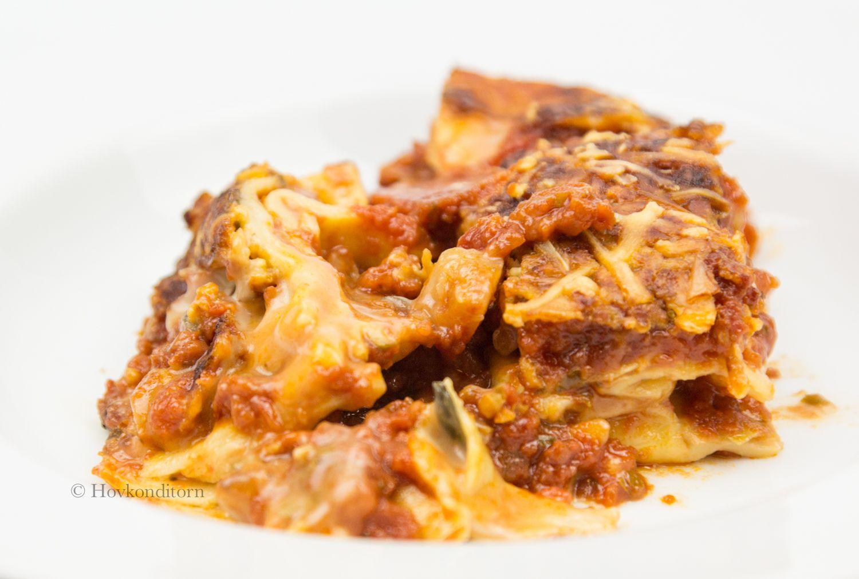 Lasagne är bland det godaste jag vet, gärna en krämig och lös sådan. En lasagne får enligt mig inte vara torr. Har du grönsaksslattar hemma,...
