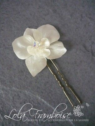 Une jolie orchidée en satin réalisée à la main. Pic à cheveux mariage orchidée, orchidée en satin cheveux, orchidée strass, mariage orchidée, www.boutique-lolaframboise.com