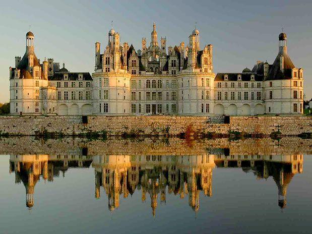 Com 1,128 metros de fachada, 440 quartos e 365 lareiras (isso mesmo, uma por cada dia do ano!), o Château de Chambord é o maior da região do Loire