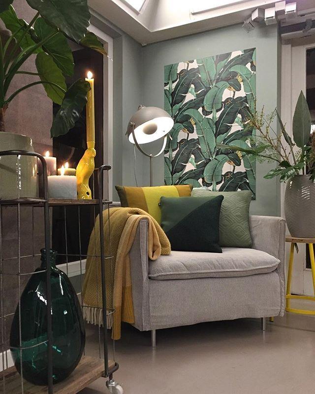 Een relaxte fauteuil en veel groen maken een fijn hoekje om te ...