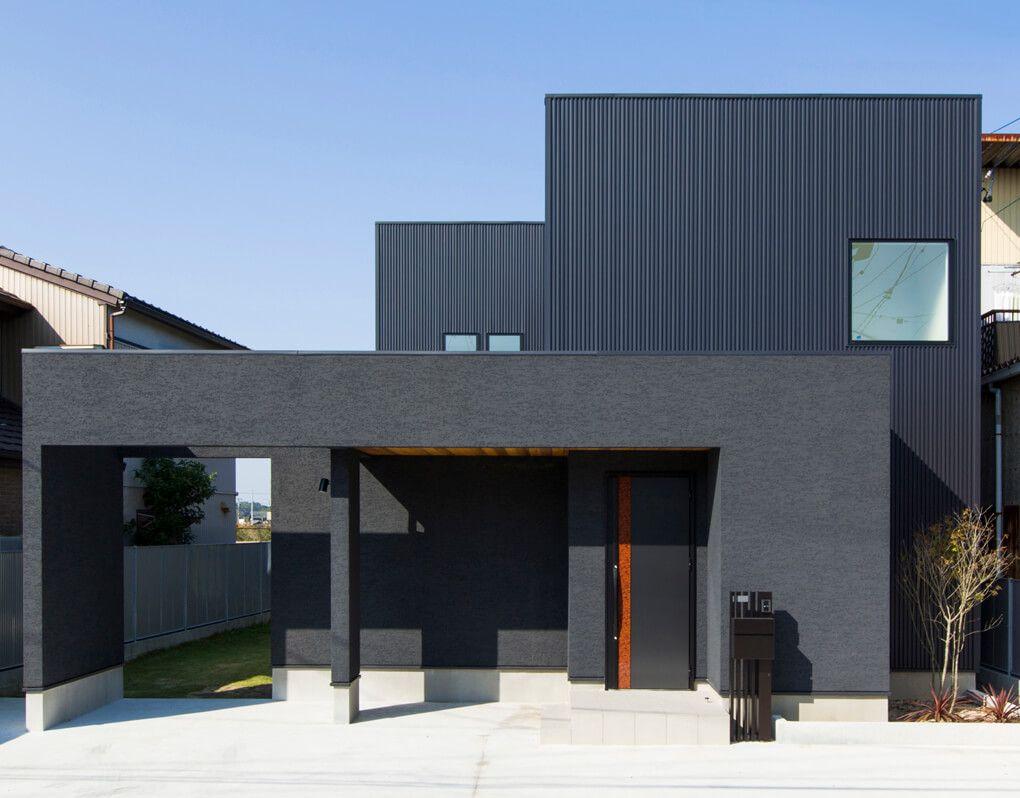 黒い塗り壁とガルバリウム 木を組み合わせた外観 大きなゲートを