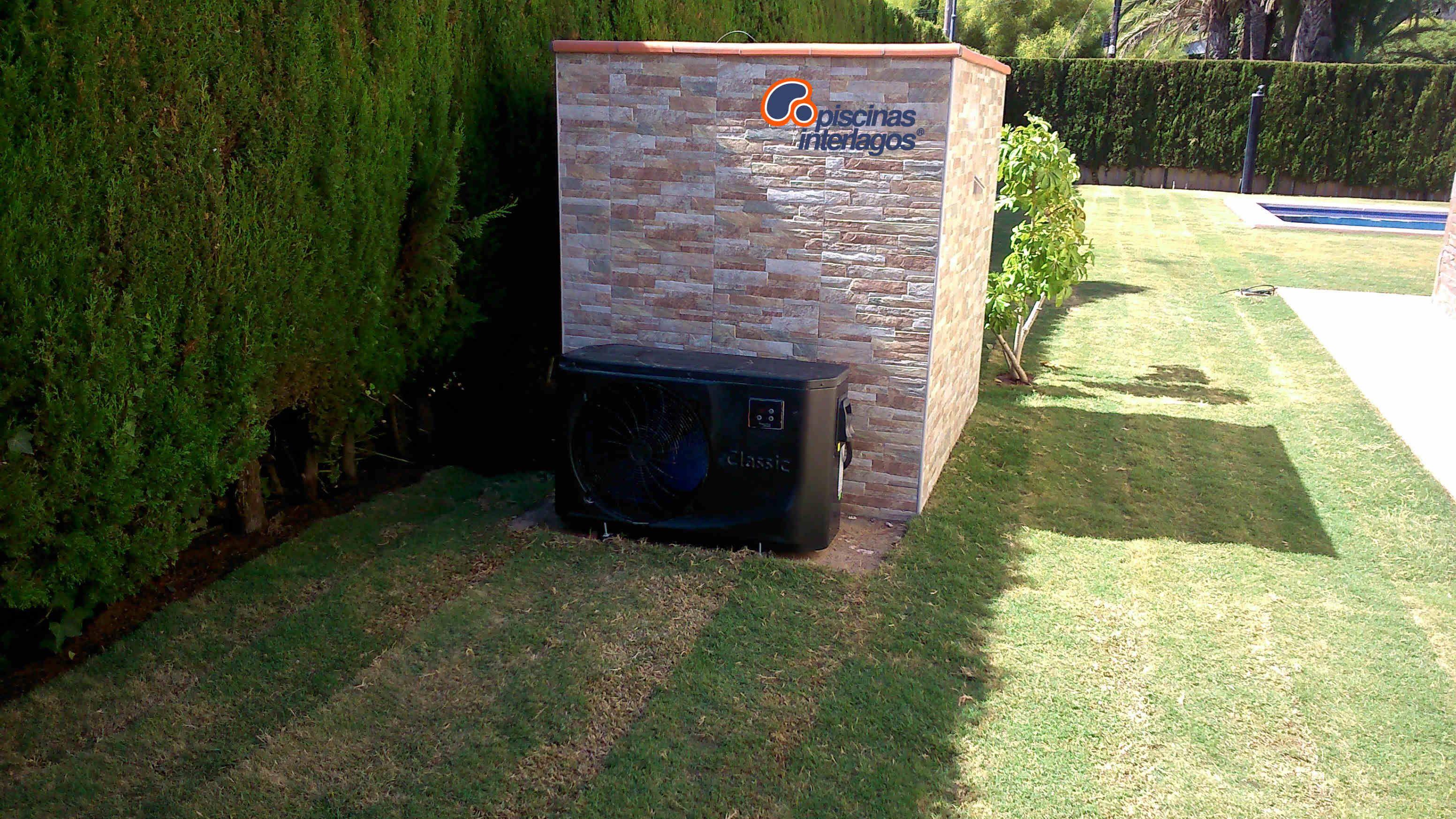 Caseta depuradora con bomba de calor en piscina de for Piscinas rectangulares con depuradora