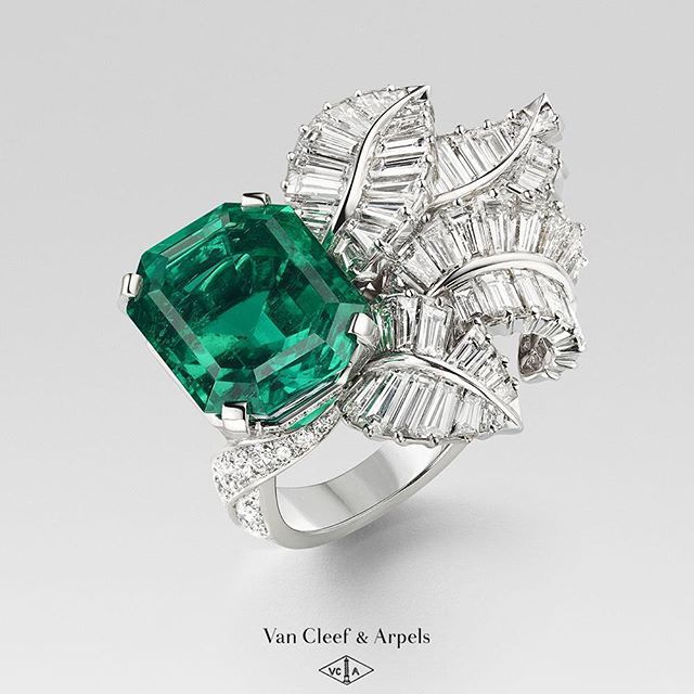 Van Cleef & Arpels unveils its new High Jewelry collection: Emeraude en majesté. The Canopée ring with volutes of baguettes-cut diamonds unfurl across the hand beside a Colombian emerald weighing 13,52 carats. Dive into the collection on vancleefarpels.com. #EmeraudenMajesté