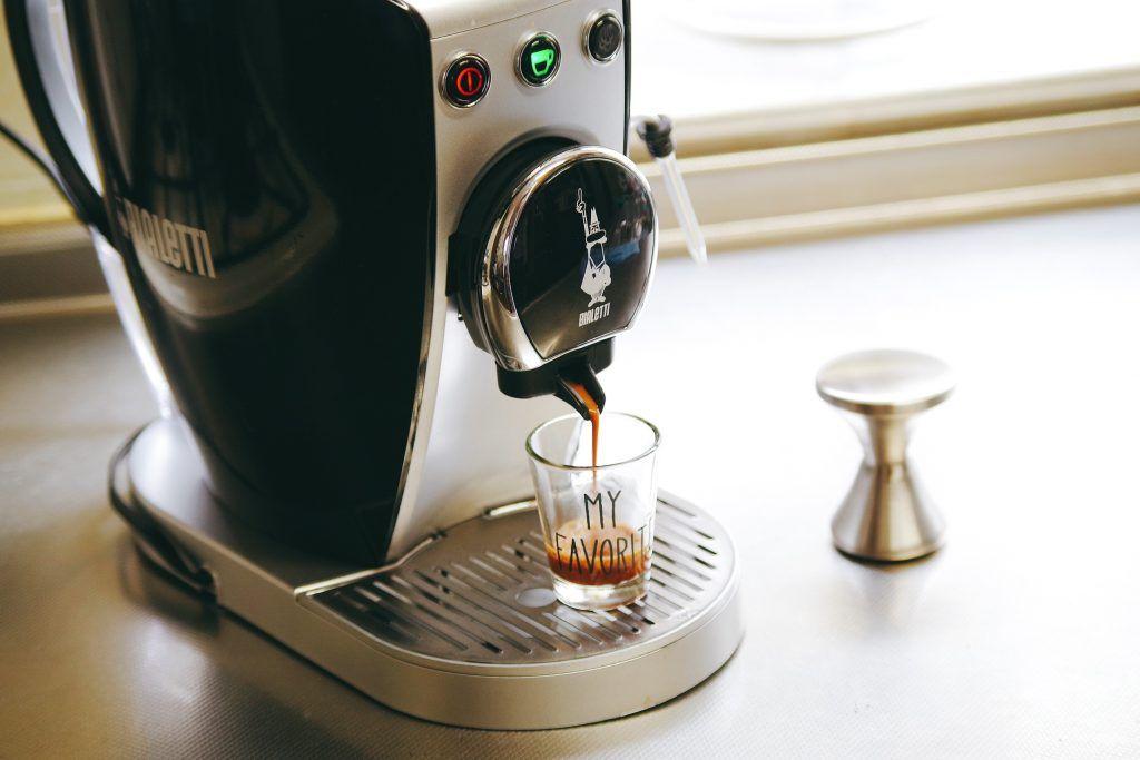 書こう書こうと思って半年以上書いてなかったエスプレッソマシンのレビュー そう去年に始め 美味しいコーヒー が自宅で飲みたいなぁーと思いコストコで安くなっていて購入したのがインスタントコーヒーで淹れる ネスカフェ バリスタ 買った初期は手軽でまぁ味も悪く