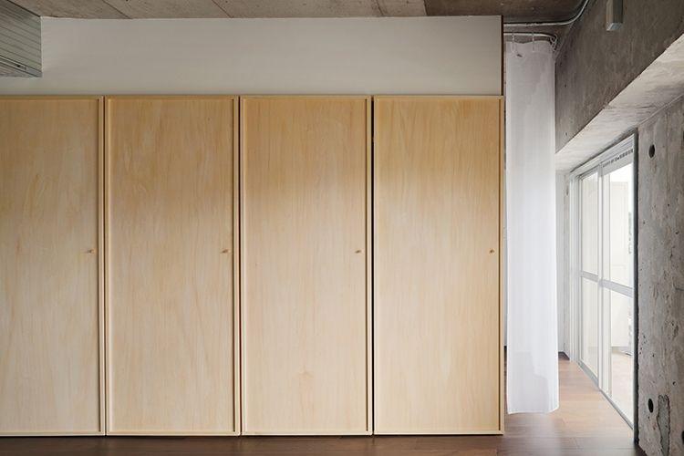 P 小さなつまみが取り付けられた木の扉 収納扉ともドアとも壁ともつ