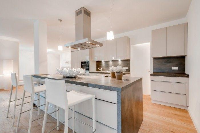 Die offene Küche in Weiß ist mittlerweile fast zur Klassik geworden