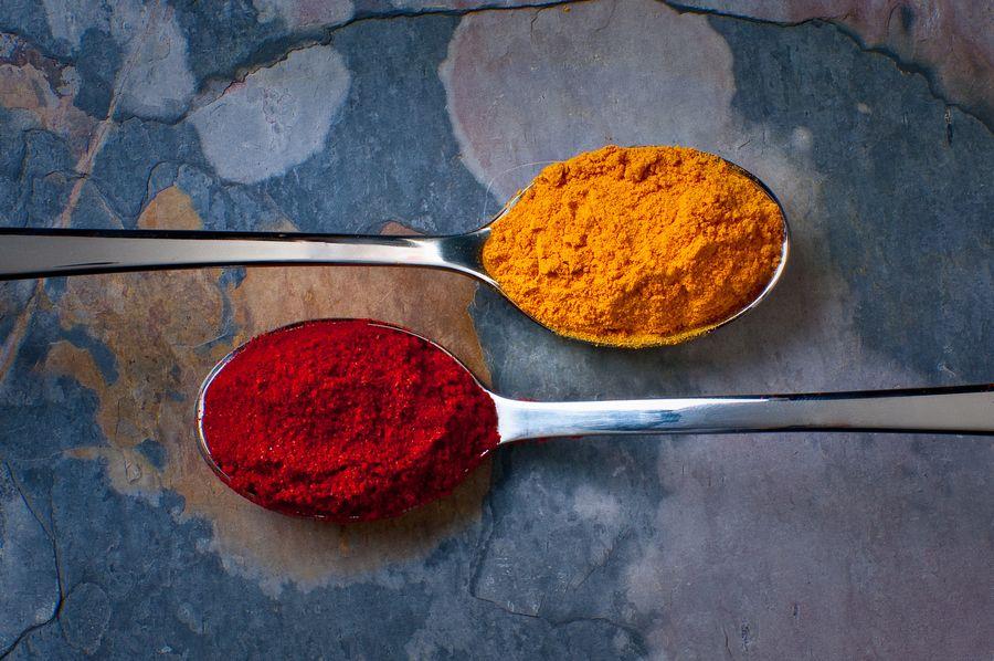 Turmeric (poudre jaune) et paprika. Photographe : http://500px.com/Lightisreality
