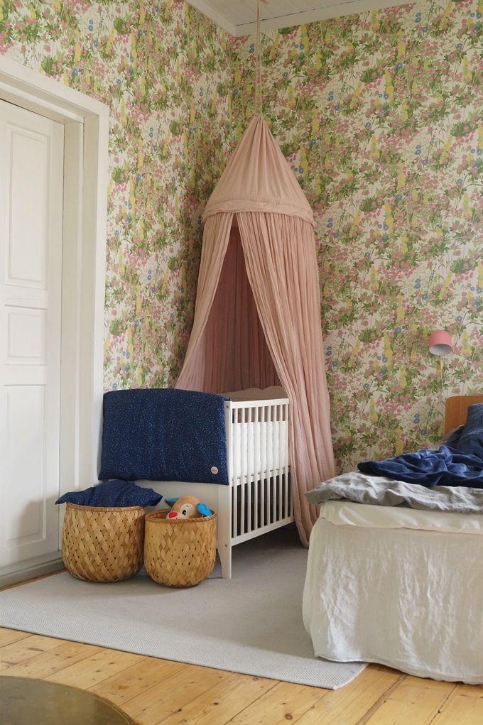 bedroom, crip, baby´s bed, bed canoby, boråstapeter wallpaperold House, kids room,vuodekatos, sänkykatos, pinnasänky, pinnasängyn katos, säilytyskorit