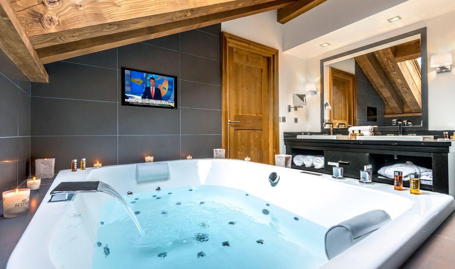 Salle de bain avec Jacuzzi - Suite Prestige Hôtel Le Kaila, Méribel ...