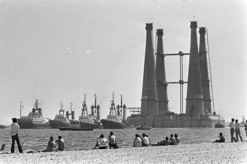 Fotocollectie » Enorm boorplatform vanuit Rotterdam naar Noorwegen versleept, het gevaarte onder… | gahetNA