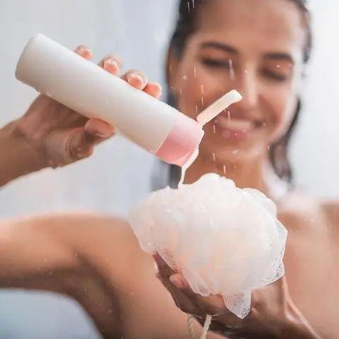 Duschgel selber machen – mit nur drei Zutaten! Frau steht in der Dusche und gibt…