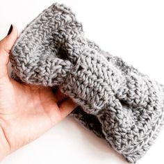 @weareknitters nous propose un tuto pour se confectionner un headband au crochet : en voilà un qui tombe à point nommé pour garder les oreilles bien au chaud ! #alittlemercerie #tutorial #doityourself #diy #crochet #knitting #laine #headband #auchaud #hiver #🐑