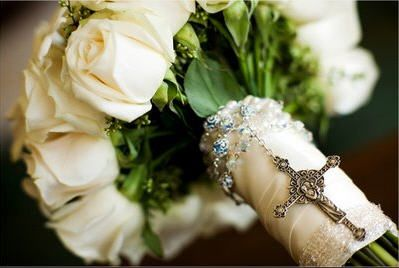Rosary wrapped around bouquet.  Totally doing this!