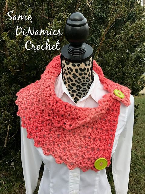 Petite Shells Buttoned Cowl pattern by Dianne Hunt | Hilo y Lana