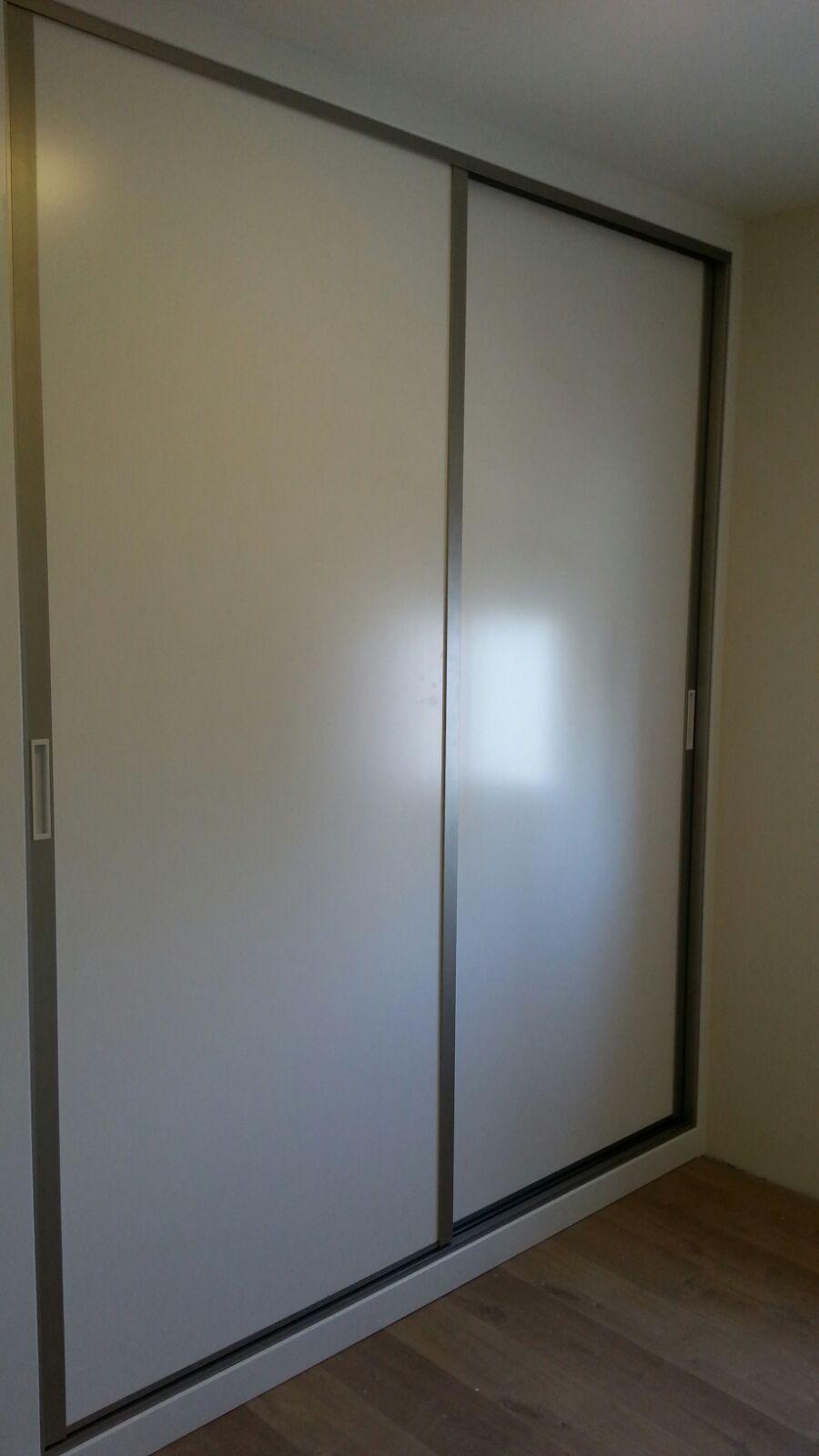 Frente de armario lacado en blanco con perfiler a acero for Puertas de roble