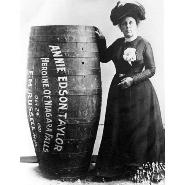 Άνι Έντισον Τέιλορ, η πρώτη που επιβίωσε πτώσης στους καταρράκτες του Νιαγάρα μέσα σε βαρέλι, 1901.