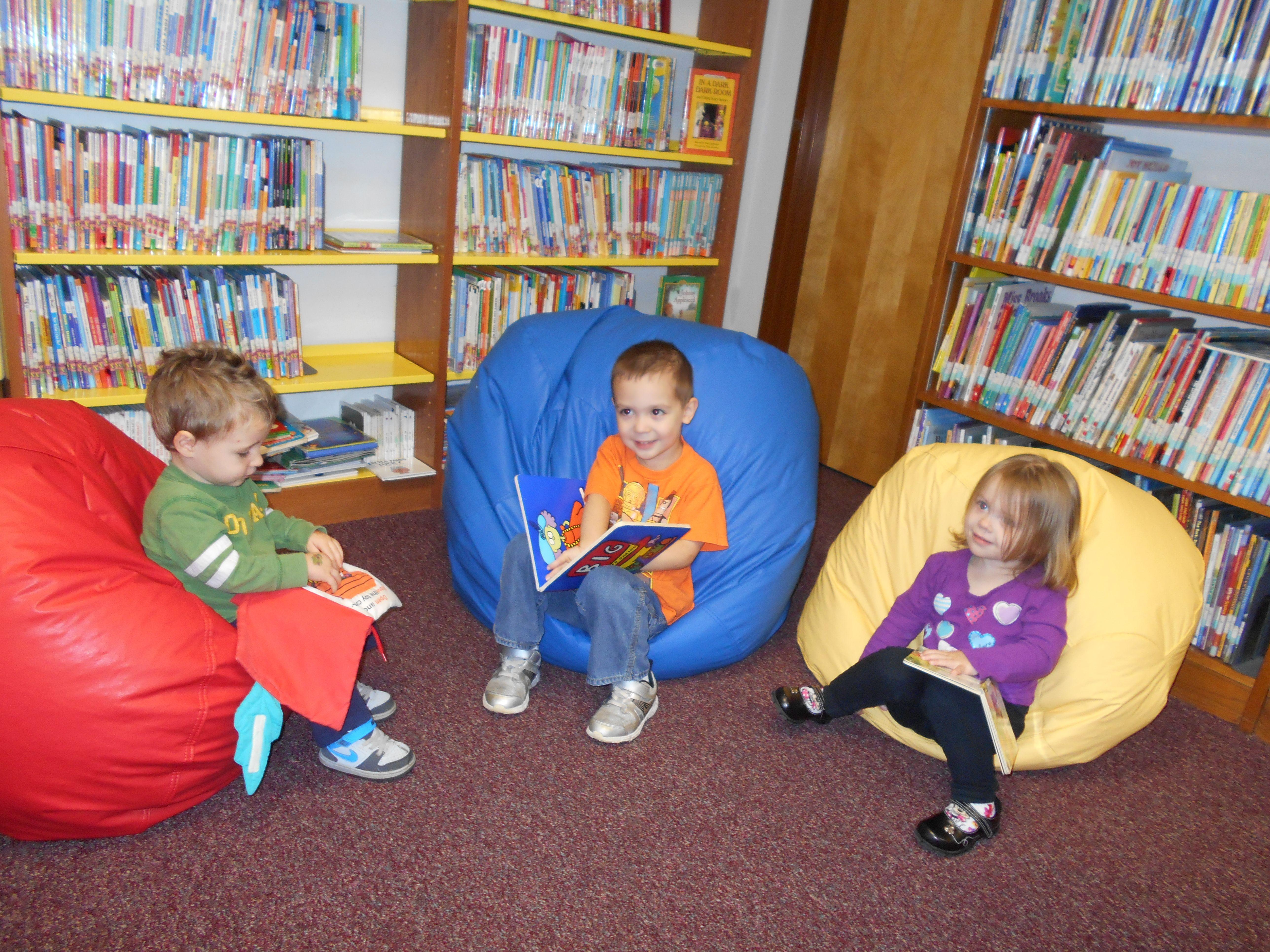 Certains experts en développement de l'enfant affirment que la lecture de textes débutants est exagérée au terme de la maternelle. C'est le cas de Nancy Carlsson-Paige, professeure émérite à l'Université Lesley au Massachusetts.