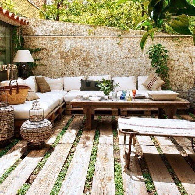 Quintal com sofás de pallet. Garden, Outdoor rooms, Outdoor